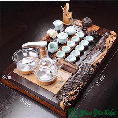 Tác phẩm mang tên Hồn Quê được chạm khắc ngay trên khay trà