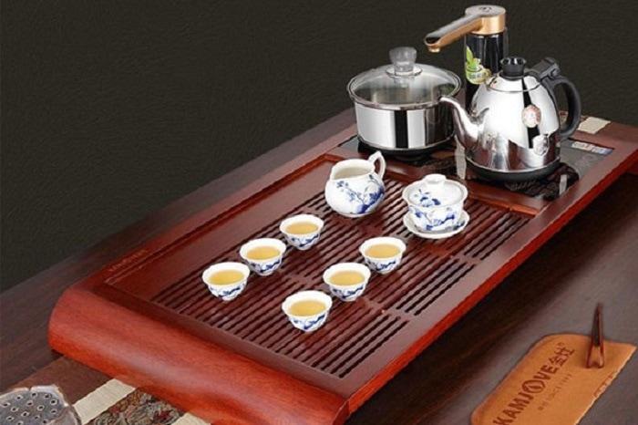 Bàn trà gỗ màu đỏ là sắc màu lý tưởng cho người mệnh Hỏa