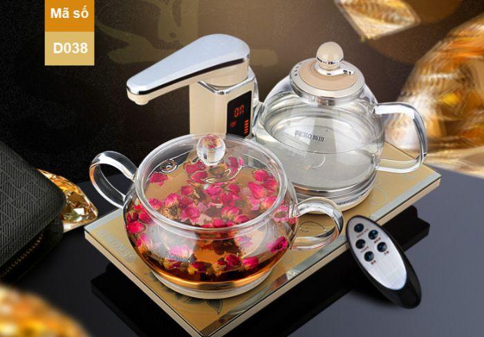 Chiếc ấm trà có 2 quai cầm mềm mại, thanh lịch mang đến dáng vẻ sang trọng, cuốn hút