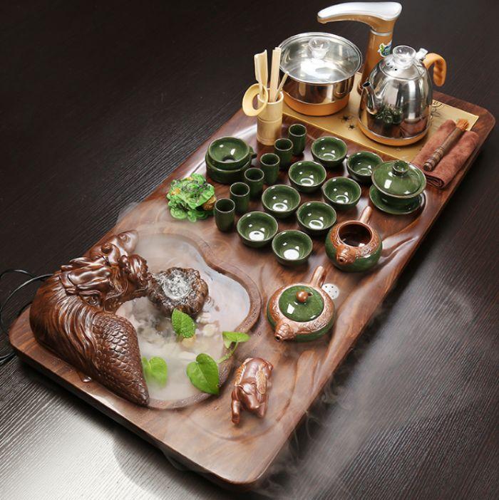Tiểu cảnh rồng phun nước được chạm khắc ngay trên khay uống trà