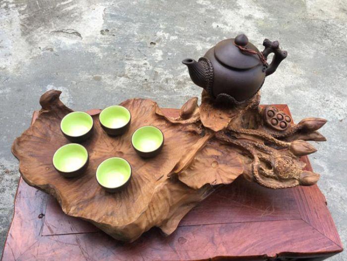 Mẫu bàn trà làm từ gỗ quý hiếm nguyên miếng được chạm khắc cẩn thận, tỉ mỉ